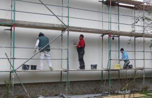 Handwerker dämmen eine Fassade